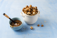 Caramel popcorn in bowl - MYF02022