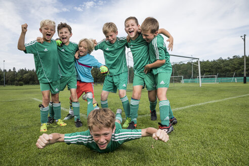 Germany, young football players cheering - WEST24063