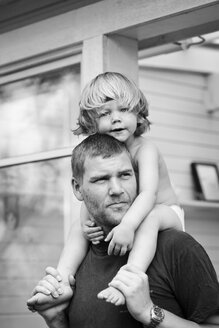Father carrying daughter on shoulders - FOLF08758