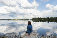 Woman looking at lake - FOLF09114