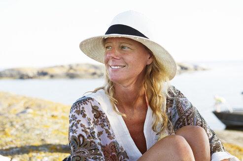 Portrait of mature woman in straw hat - FOLF09225