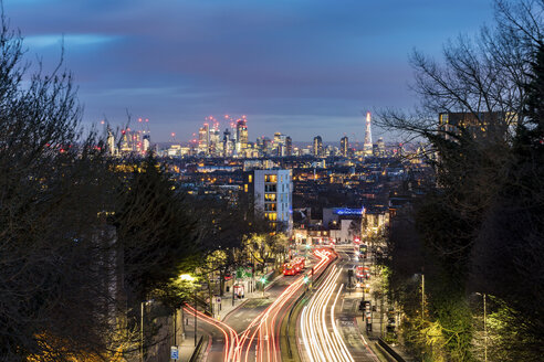 UK, London, panoramic view of the city with busy street on foreground at dusk - WPEF00148