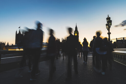 UK, London, silhouette of people on Westminster bridge with Big Ben in background at sunset - WPEF00151