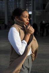 Fashionable businesswoman at evening sunlight - MAUF01377