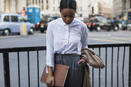 UK, London, businesswoman waiting on the street - MAUF01386