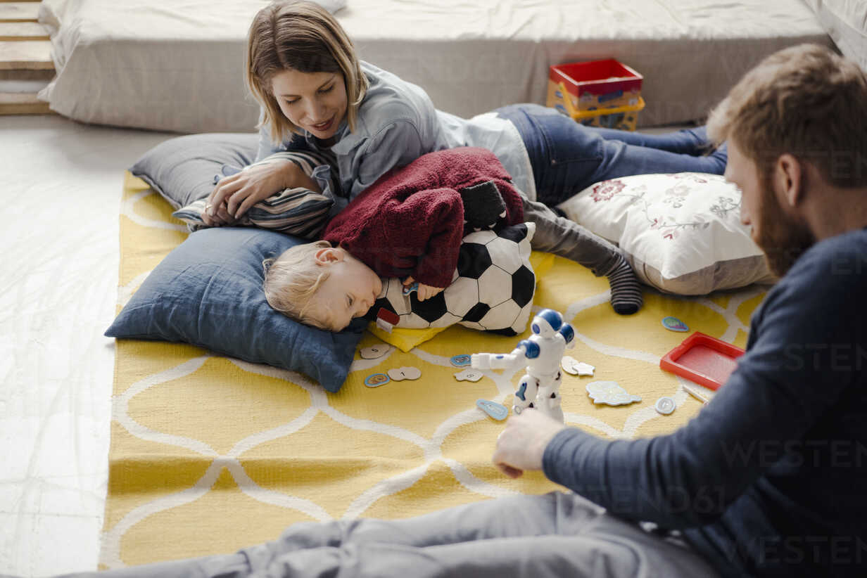 Happy family playing with their son at home - KNSF03766 - Kniel Synnatzschke/Westend61