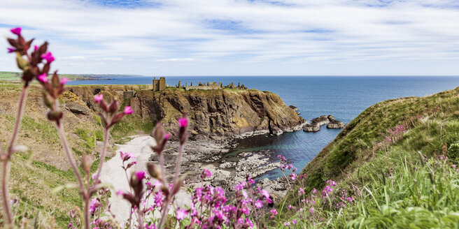 Scotland, Aberdeenshire, Ruins of Dunnotar Castle at the sea - WDF04571