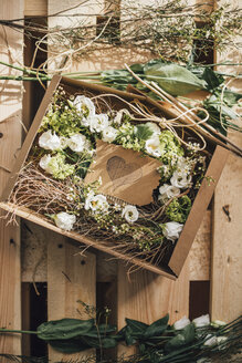Floral arrangement in cardboard box - GUSF00602
