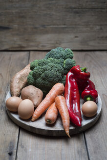 Organic food that contains a lot of vitamin a, broccoli, sweet potatoe, carrot, red pepper and eggs - CZF00320