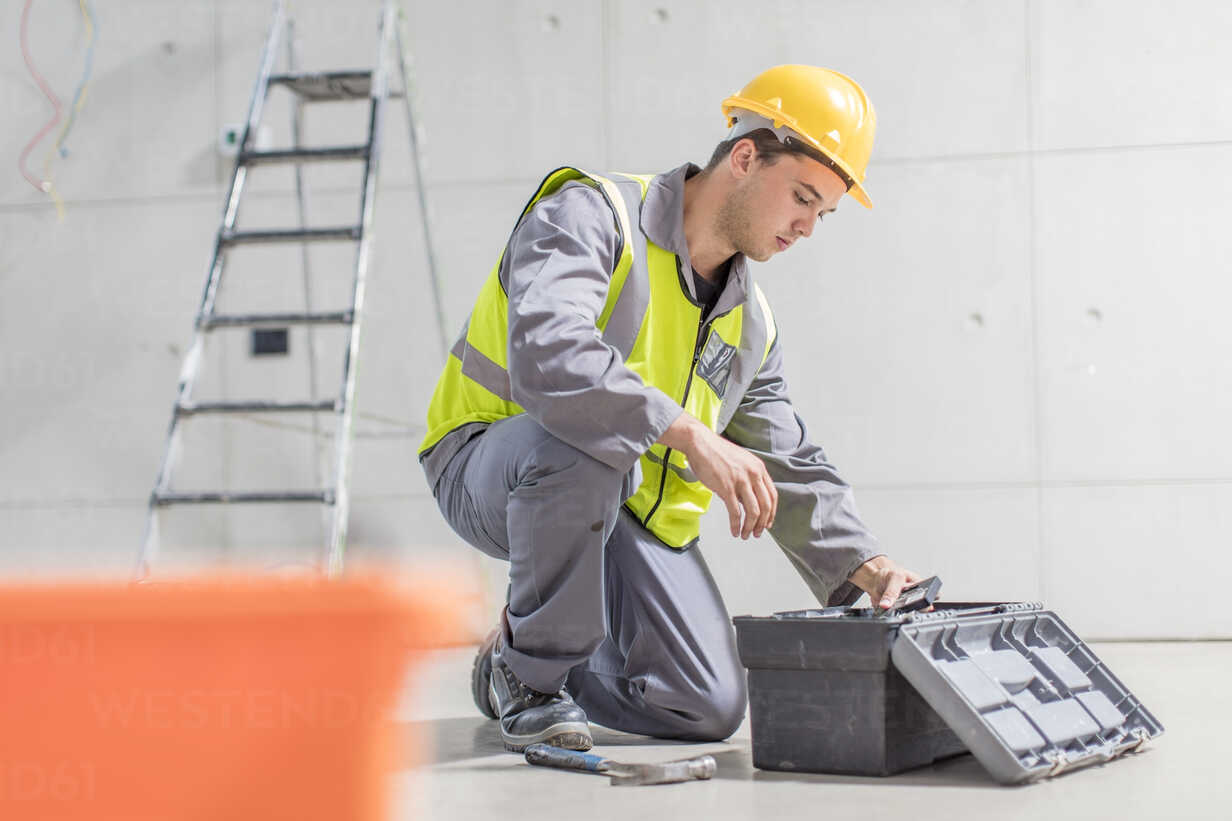 Construction worker with tool box on construction site - ZEF15352 - zerocreatives/Westend61