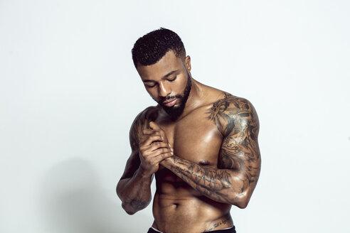 Portrait of tattooed physical athlete - DAWF00608