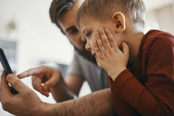 Father and little son with smartphone - ZEDF01295