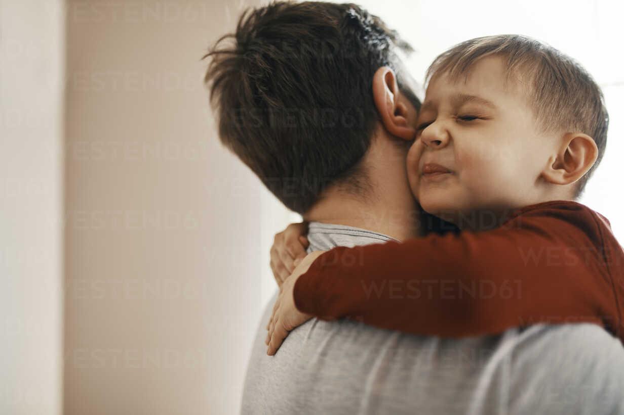 Portrait of toddler hugging his father - ZEDF01310 - Zeljko Dangubic/Westend61
