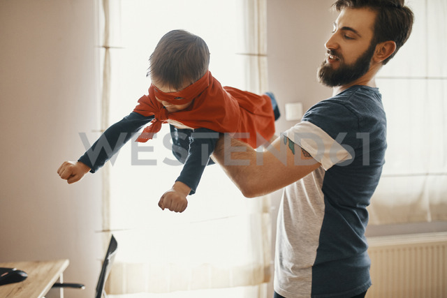 Father playing with his little son dressed up as a superhero - ZEDF01325 - Zeljko Dangubic/Westend61