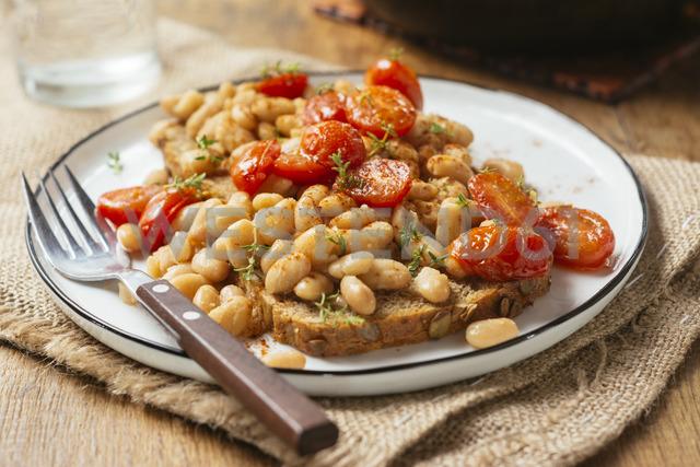 White bean and tomato ragout on toast, white beans, vegetable bouillon powder, Italian herbs, whole grain toast, cherry tomatoes, thyme - HAWF01005