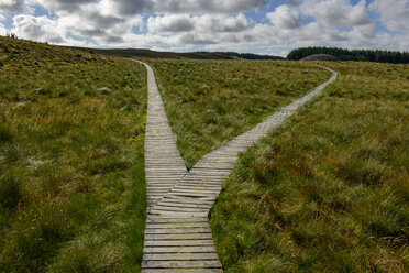 United Kingdom, Scotland, Highland, Cairns von Camster, wooden boardwalk - LB01910
