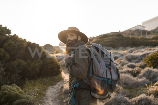 Italy, Sardinia, portrait of bearded hiker with hat and backpack - AFVF00399 - VITTA GALLERY/Westend61