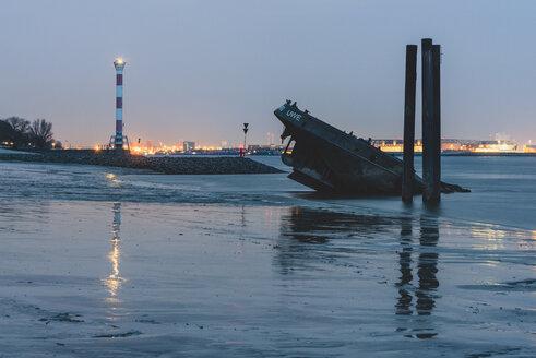 Germany, Hamburg, Blankenese, Light house and wreck Uwe in the evening - KEBF00809