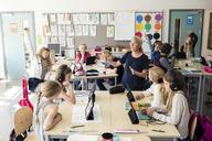 Teacher explaining in classroom - MASF02767