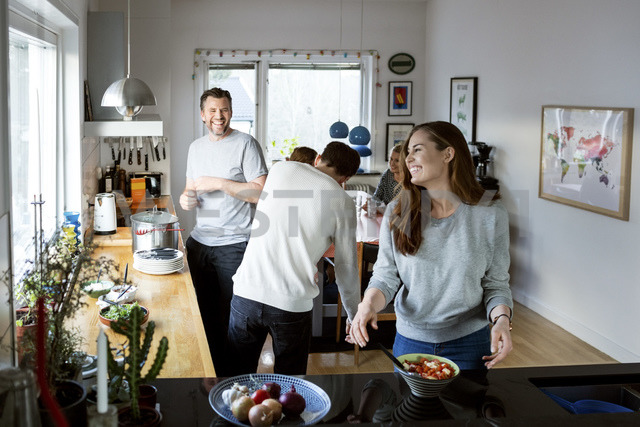 Happy family preparing food in kitchen - MASF03051 - Maskot ./Westend61