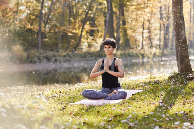Mid adult woman in forest practicing yoga, meditation - SHOF00006 - Stefan Hobmaier/Westend61