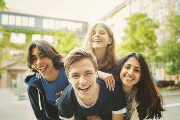 Portrait of teenagers enjoying outdoors - MASF04074