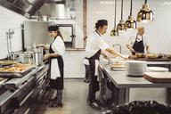 Kvinnlig och manlig kock arbetar i restaurangkök - MASF04277
