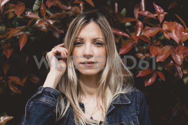 Portrait of young woman in autumn - AFVF00435