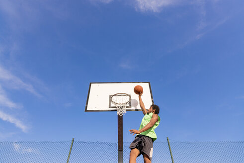 Young man playing basketball - FMOF00348