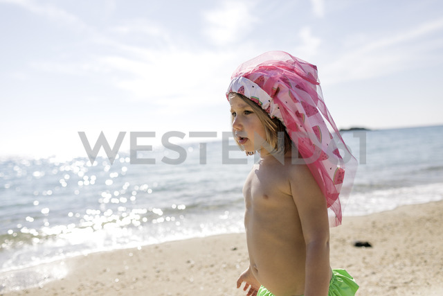 Little girl playing on the beach - KMKF00223