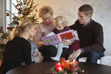 Family reading a book - MASF06734