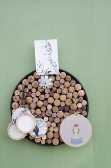 Upcycling, old corks, , pinboard with portrais and photos on canvas in embroidery frame - GISF00316