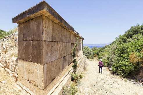Greece, Attica, ancient city Rhamnous, old grave and tourist - MAMF00077