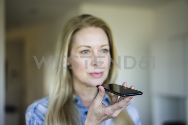 Businesswoman using cell phone, close-up - MOEF01065