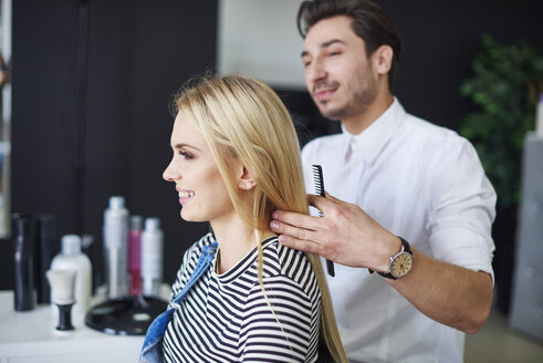 Smiling woman at the hairdresser - ABIF00343