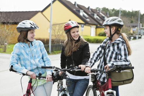 Three girls with bikehelmet 2 - MASF06933