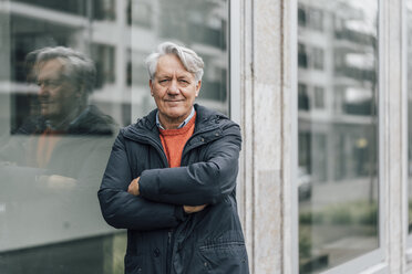 Portrait of confident senior man in the city - GUSF00644
