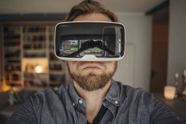 Mature man taking selfie of himself, wearing VR glasses, looking cool - GUSF00663