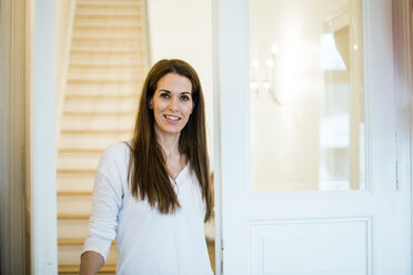 Portrait of smiling woman at home - MOEF01102