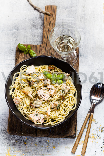 Spaghetti with creamy spinach sauce, dried tomatoes and salmon - SBDF03542