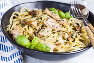 Spaghetti with creamy spinach sauce, dried tomatoes and salmon - SBDF03545
