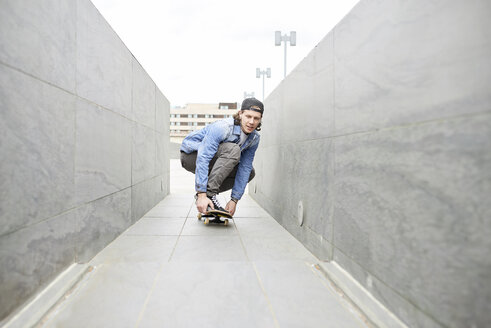 Young man skateboarding in the city - FMOF00360