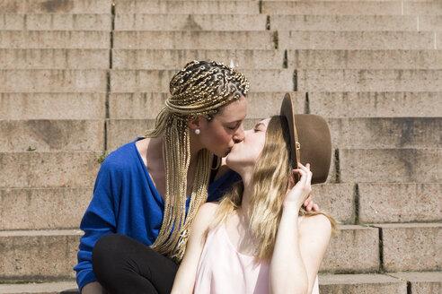Lesbian couple kissing - KLRF00583