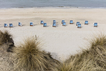 Germany, Schleswig-Holstein, Sylt, beach and empty hooded beach chairs - WIF03512