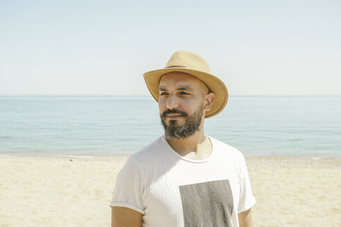 Portrait of a man wearing hat at the beach - TAMF01056