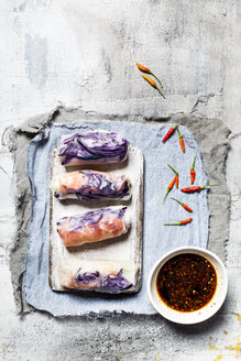 Vegan rice paper wraps (vietnamese summer rolls), filled with cabbage, carrots, bell pepper, rice noodles, and dipping sauce - SBDF03576