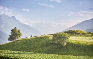 Austria, Tyrol, Patsch, athletes running in mountainscape - CVF00332