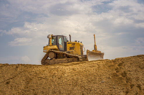 Bulldozer on raised sand - FR00652