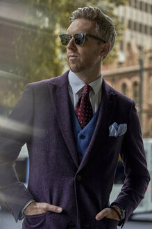 Portrait of fashion blogger Steve wearing sunglasses and suit - BEF00016