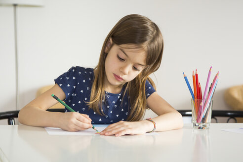 Portrait of little girl drawing - LVF06915